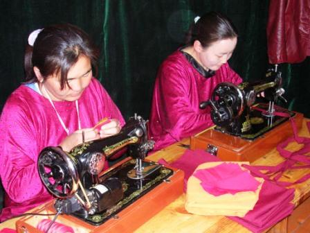Fpmt_wdg_two_ladies_sewing_web_size