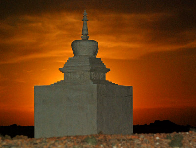 Haroldo_khamar_stupa_and_sunset