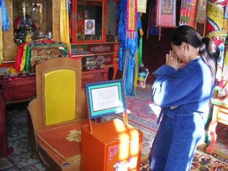 Khamar_red_temple_daka_praying_ws