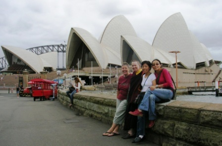 Australia_sydney_ladies_in_front_of