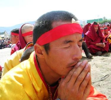 Dalai_lama_gandan_devotional_monk_web_si