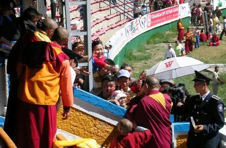 Dalai_lama_stadium_book_frenzy_1_web_siz