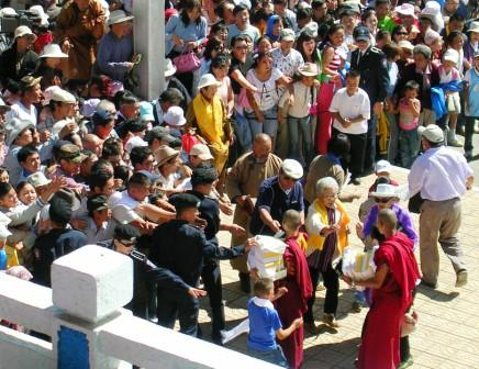Dalai_lama_stadium_book_frenzy_2_web_siz