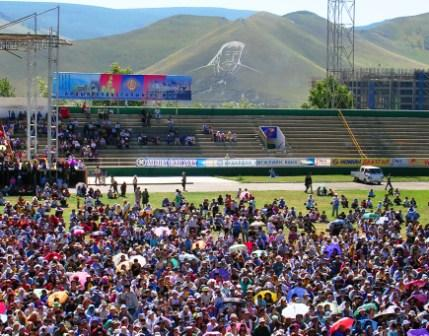 Dalai_lama_stadium_crowd_and_chinggis_we