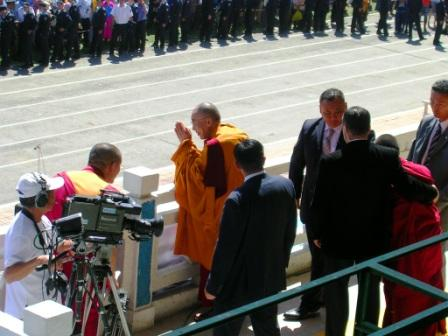 Dalai_lama_stadium_farewell_web_size