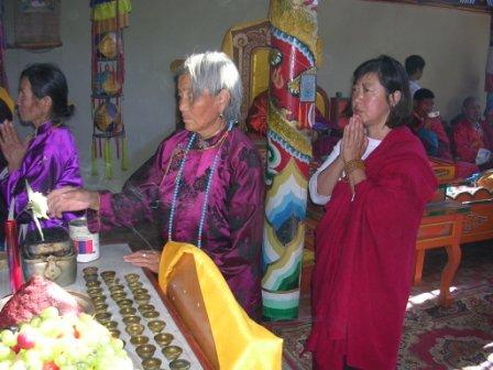 Kk_noreen_praying_at_altar