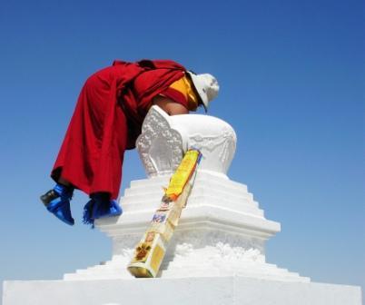 Shambhala_stupa_filling_2_lama_waving_in