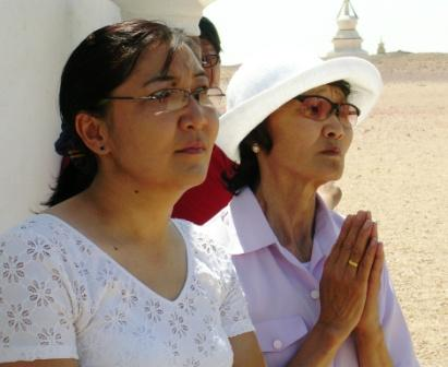 Shambhala_stupa_filling_2_older_women_de